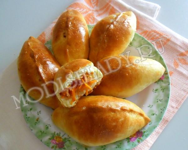 Пирожки на кефире с яблоками, морковью и корицей, фото
