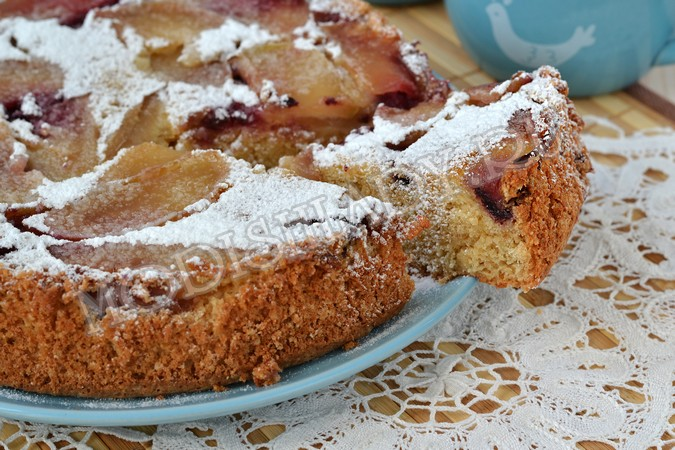 Пирог с арахисом, яблоками и ежевикой, фото